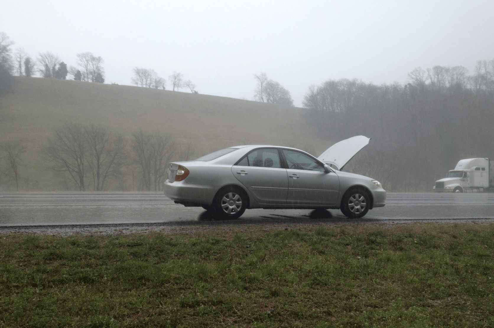 4 Ways To Avoid Danger In The Rain While Waiting For Roadside Assistance